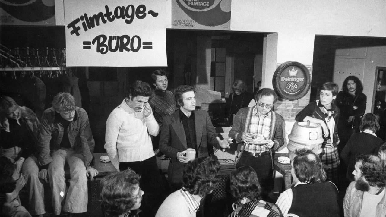 1974 - Gespräch mit dem Publikum nach der Premiere von JEDER FÜR SICH UND GOTT GEGEN ALLE. (Bildmitte: Werner Herzog, Laurens Straub)