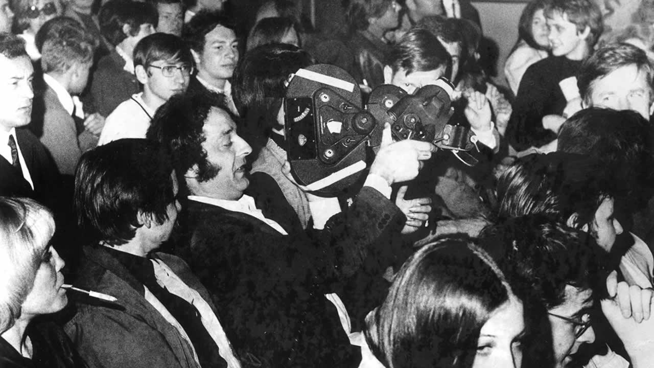 1969 - Bei den 3. Internationalen Hofer Filmtagen wurde der »Publikums-Film« mit einer geliehenen Kamera Wirklichkeit. Die Zuschauer reichten sie durch die Sitzreihen, und jeder konnte ein paar Meter Film belichten.