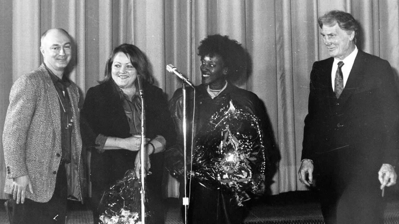 1987 - OUT OF ROSENHEIM in Hof (v.l.n.r.): Regisseur Percy Adlon und seine Hauptdarsteller Marianne Sägebrecht, CCH Pounder und Jack Palance.