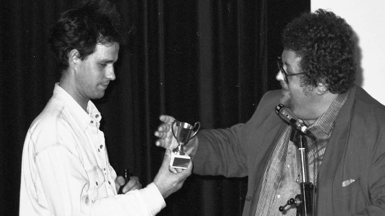 1990 - Christoph Schlingensief inszeniert sogar seine eigene Filmpreisverleihung - überreicht wird der Pokal von Peter Kern.
