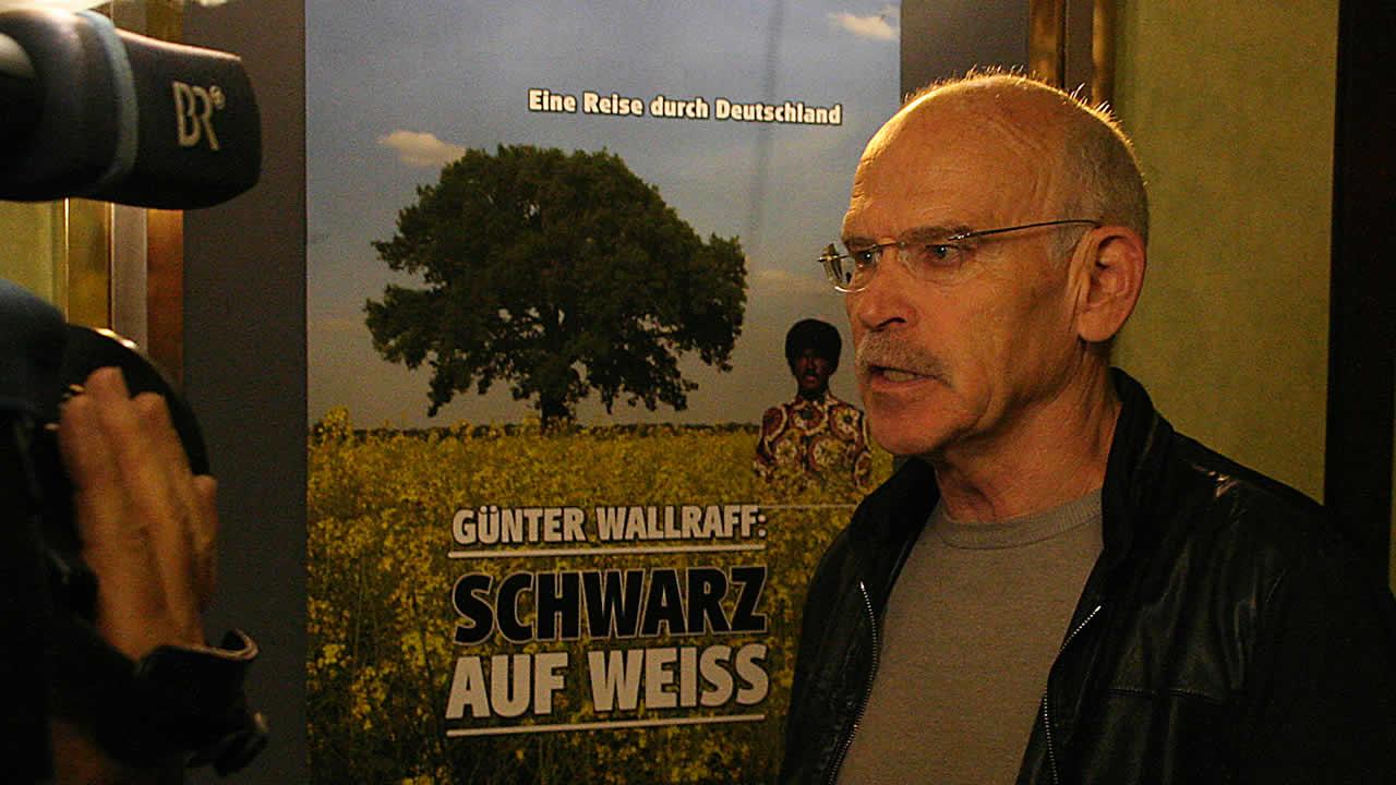 2009 - Enthüllungsjournalist Günter Wallraff begibt sich in SCHWARZ AUF WEISS auf eine Reise durch Deutschland.