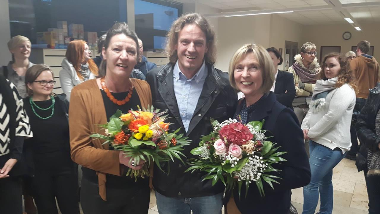 Der Vorsitzende der Freunde der Internationalen Hofer Filmtage e.V., Marcus Traub, zusammen mit seinen Vorgängerinnen im Amt, Dr. Gisela Strunz und Ursula Wulfekamp.