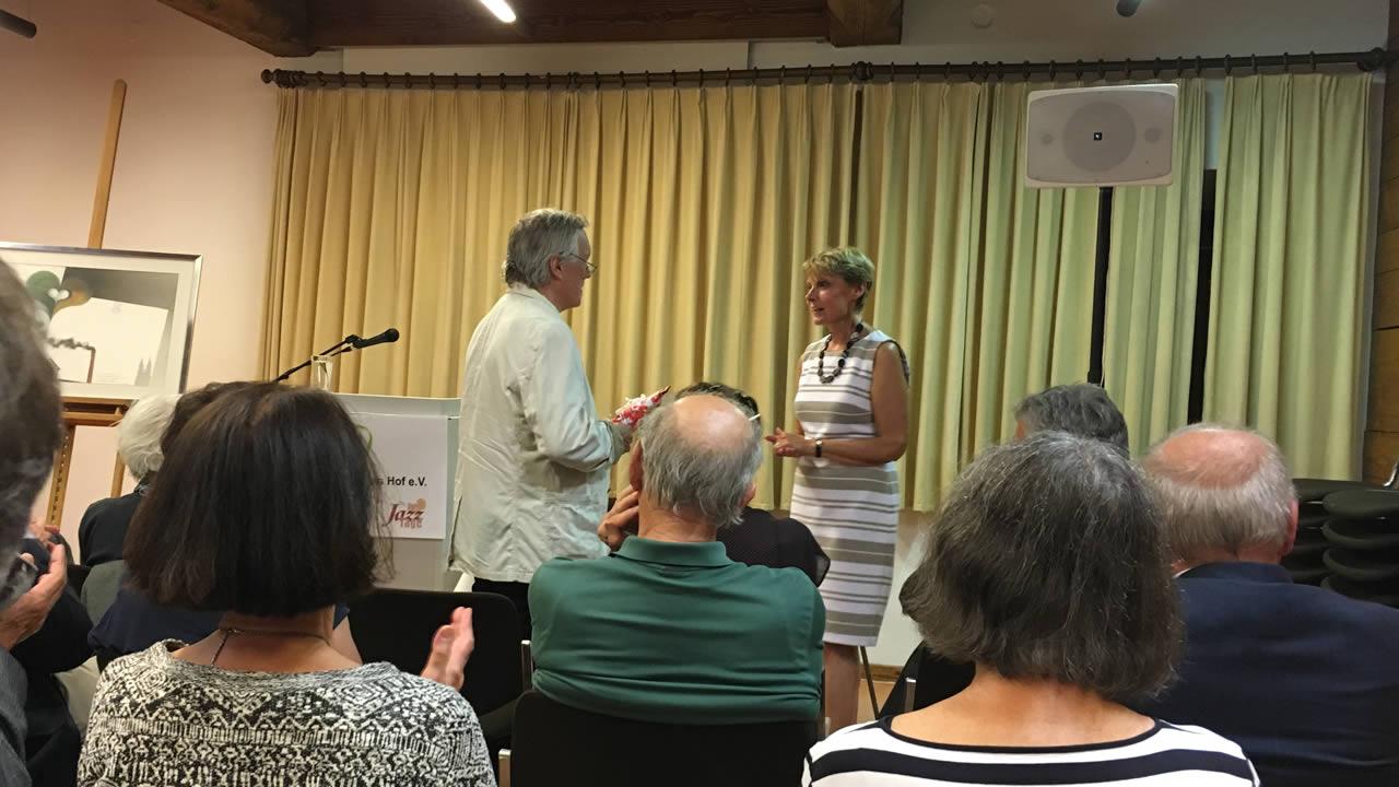 Die KulturKreis-Vorsitzende Esther Zwurtschek und der langjährige Organisationsleiter der Hofer Filmtage, Rainer Huebsch, eröffnen die Ausstellung.