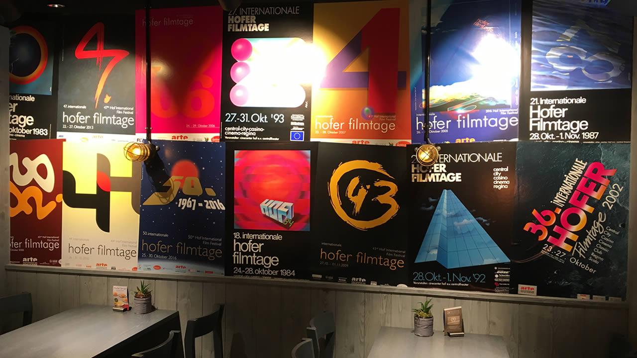 Die Nordsee-Filiale in der Hofer Altstadt zeigt Plakate der Internationalen Hofer Filmtage.