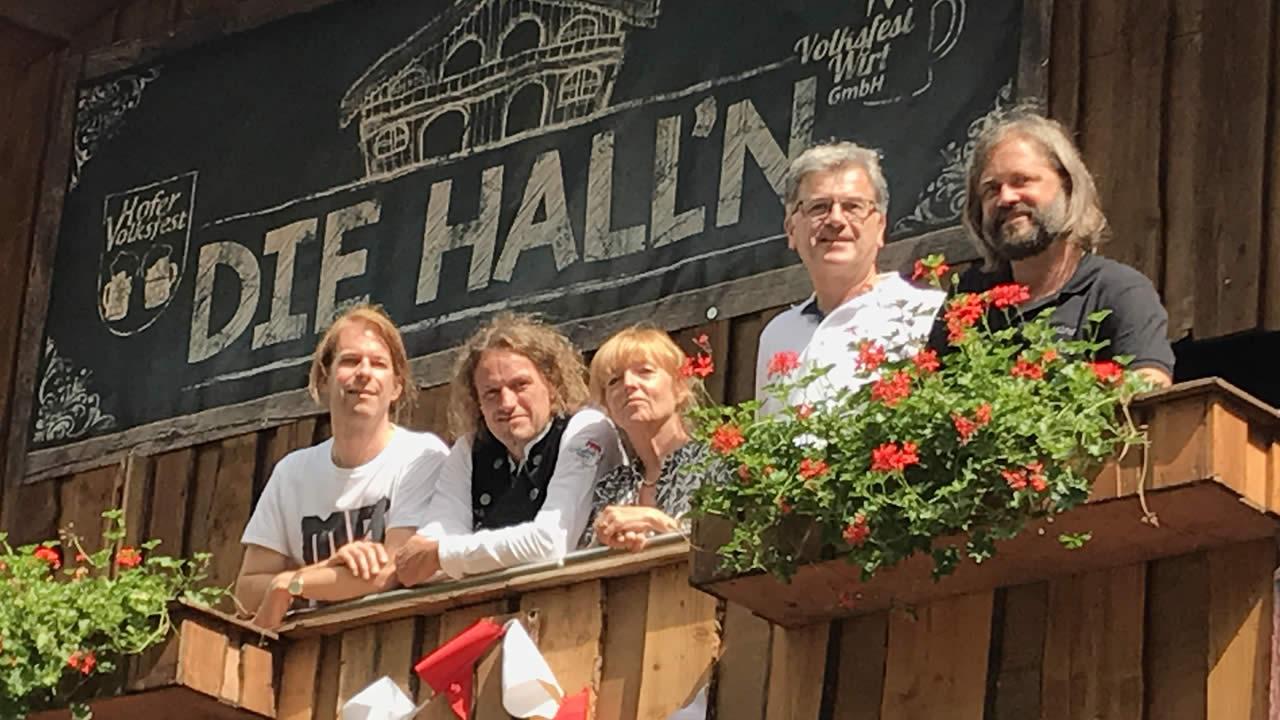 Der neue künstlerische Leiter der Internationalen Hofer Filmtage, Thorsten Schaumann, im Kreis der Filmtage-Freunde.