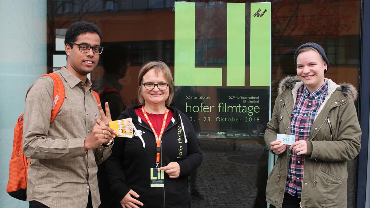 Glückliche Gewinner: Luisa Edelmann und Naman Surana mit Filmtage-Mitarbeiterin Dagmar Müller