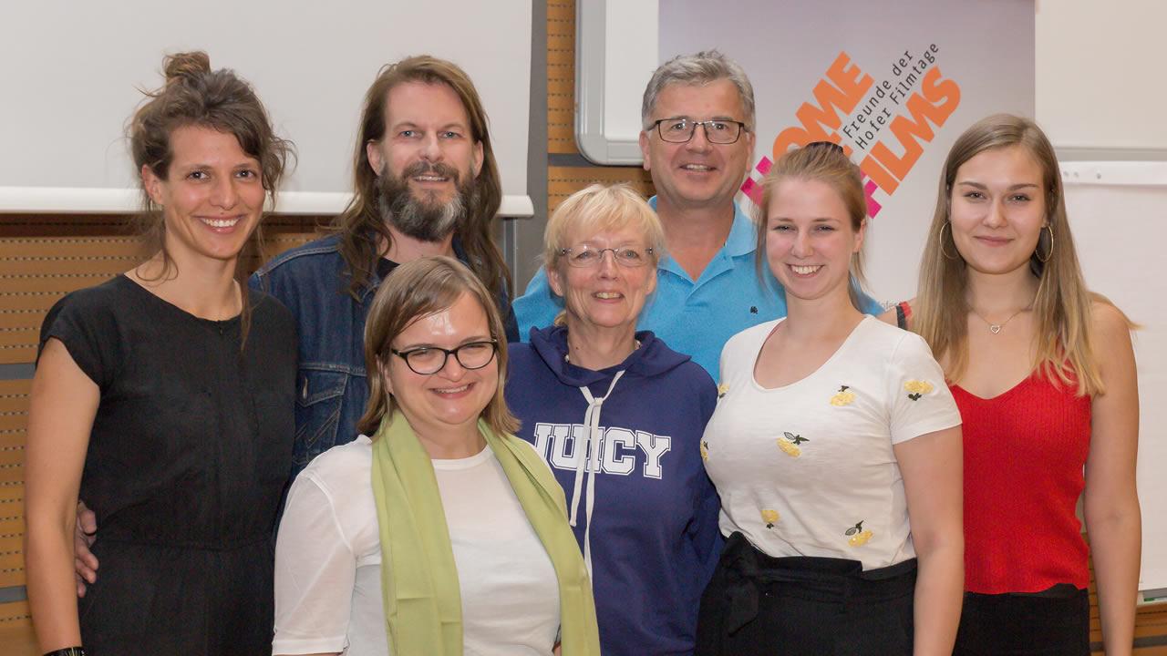 Regisseurin Britta Schoening (links) mit dem Team der Hochschule Hof, Thorsten Schaumann und Filmtage-Freunden - Foto: Andreas Rau