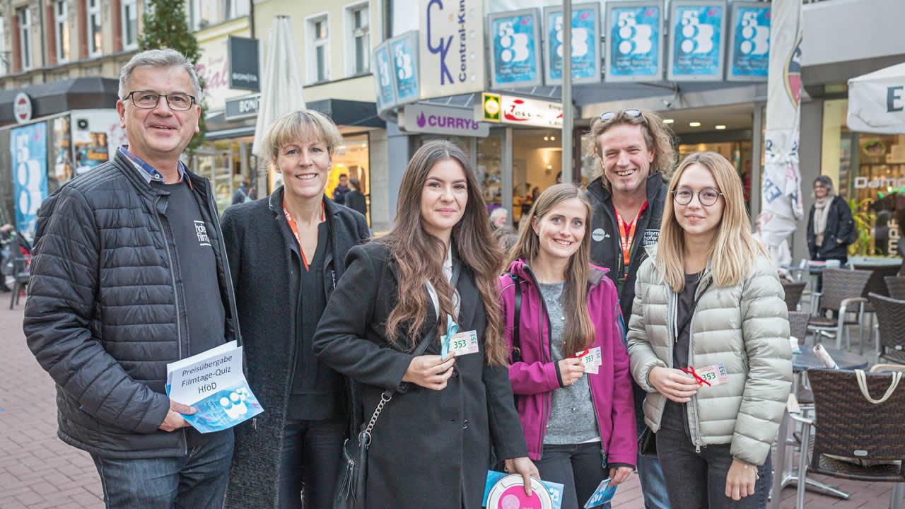Die Quizgewinnerinnen Jasmine Dulla, Vanessa Fischer und Christina Einberger (von rechts) mit Filmtage-Freunden