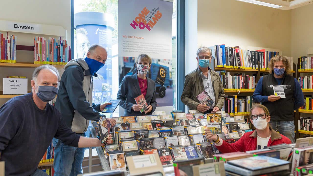 Filmtage-Fans in ihrem Lieblingsbereich der Hofer Stadtbücherei