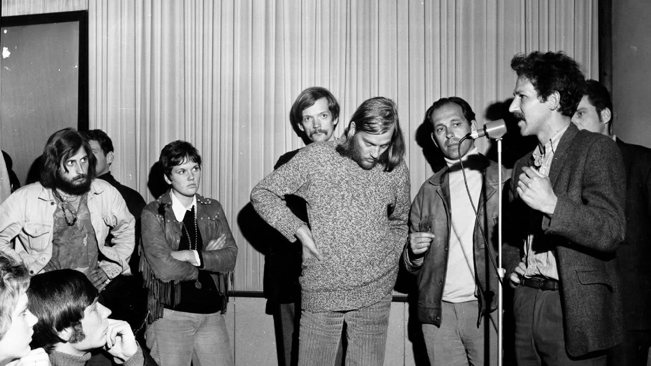 Werner Herzog (rechts) stellt sich 1970 den Fragen des Publikums.